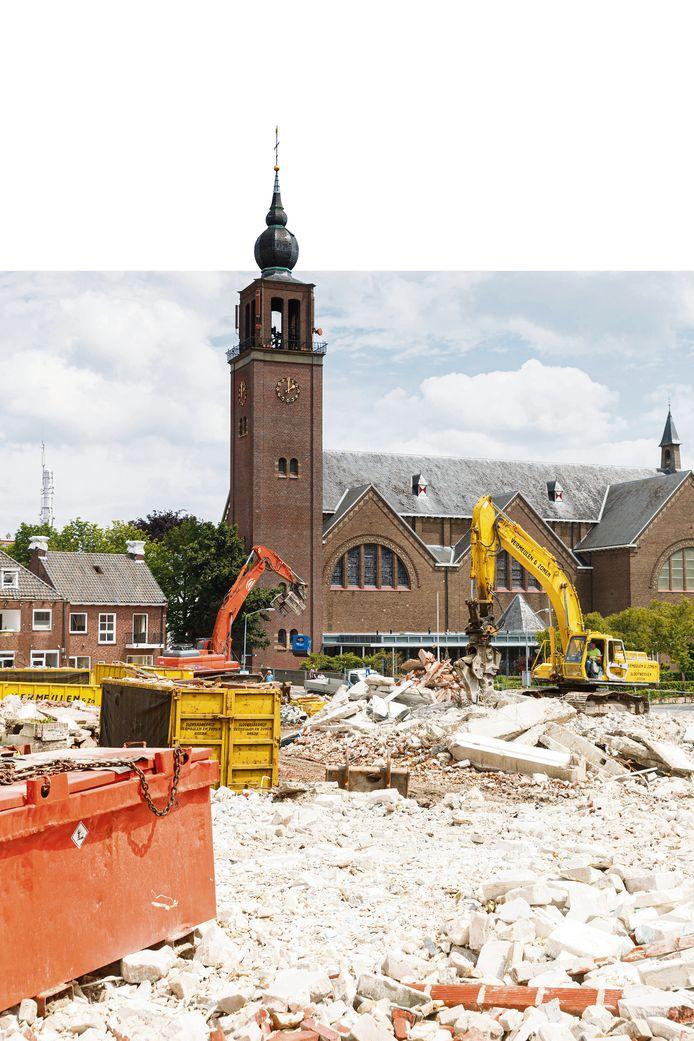 Op deze plek moeten de nieuwe appartementen komen. De foto werd vorig jaar tijdens de sloop van de bestaande bebouwing aan de Markt en Molenstraat gemaakt.