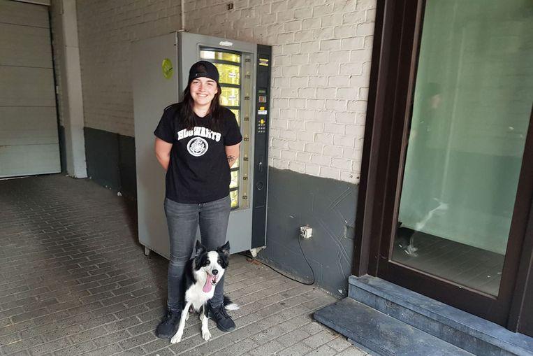 Axiana Govaert aan de geviseerde broodautomaat.