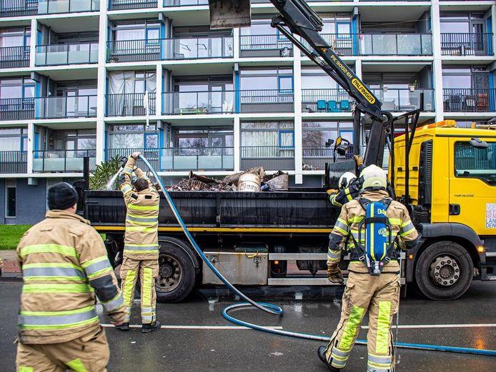 Op de Willem van Duvenvoordestraat in Vianen is vanmiddag brand uitgebroken op een gemeenteauto.