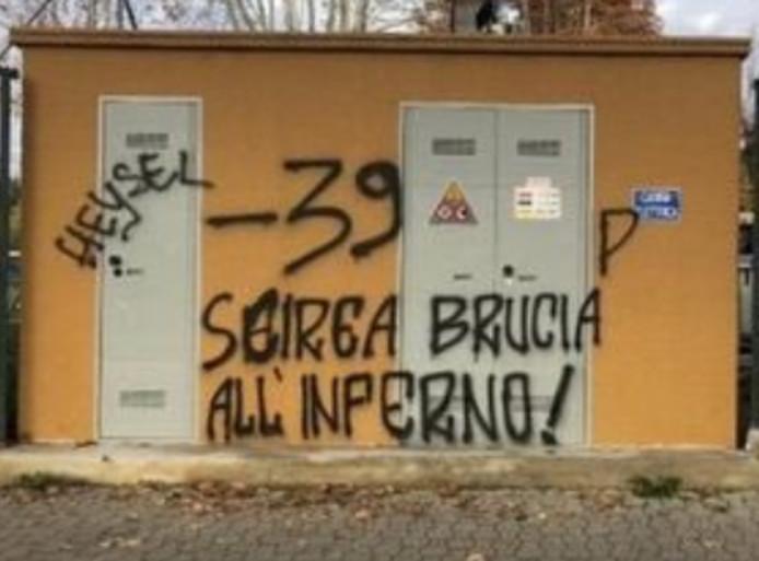 De kwetsende teksten op een elektriciteitshuisje in de buurt van het stadion van Fiorentina.