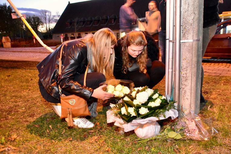 Sharons vriendinnen Sien en Noa leggen bloemen neer op de plek van het ongeval. De twee zagen Sharon dinsdagnacht ruziemaken met haar ex en trokken al naar de politie om hun verhaal te doen.