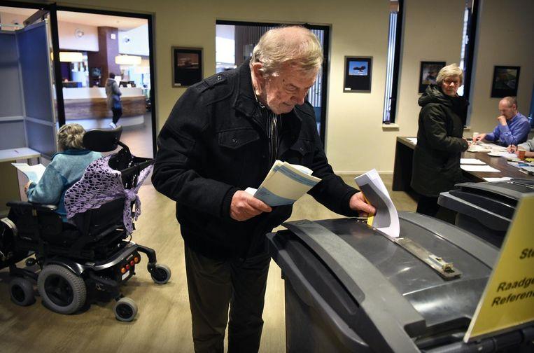 Cees Huijssoon in het stemlokaal. Beeld Marcel van den Bergh / de Volkskrant