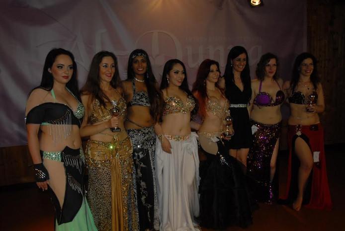 De deelnemers aan de wedstrijd op de vrijdagavond, met medeorganisator Isis Zahara (derde van rechts).