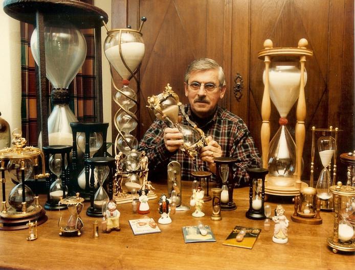 Theo Adriaanse met zijn verzameling zandlopers.