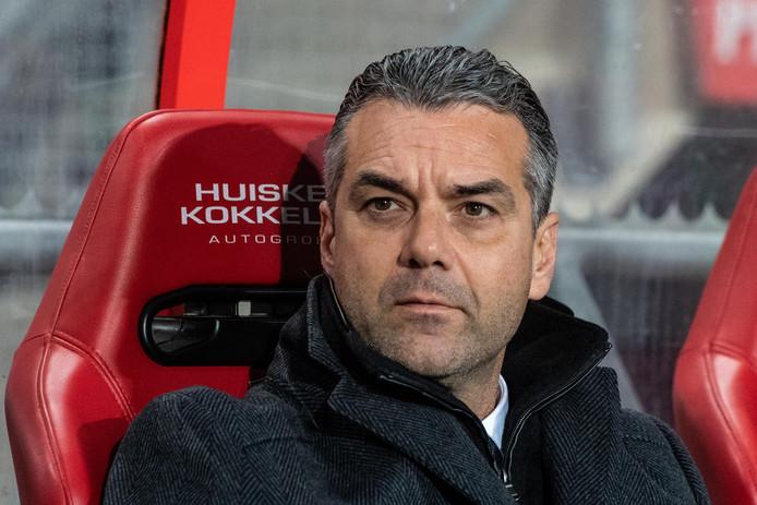 FC Twente-trainer Marino Pusic voelt de druk toenemen.