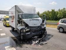 Bakwagen rijdt op achterkant vrachtwagen op A16 bij Hazeldonk, bestuurder gewond naar het ziekenhuis