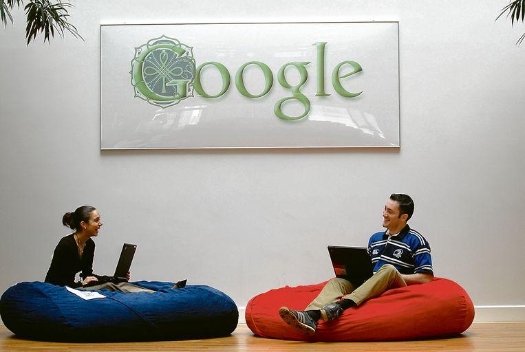 Twee Google-medewerkers op het Europese hoofdkantoor in Dublin. 'Google biedt zijn personeel wél aangename werkruimtes.' Beeld null