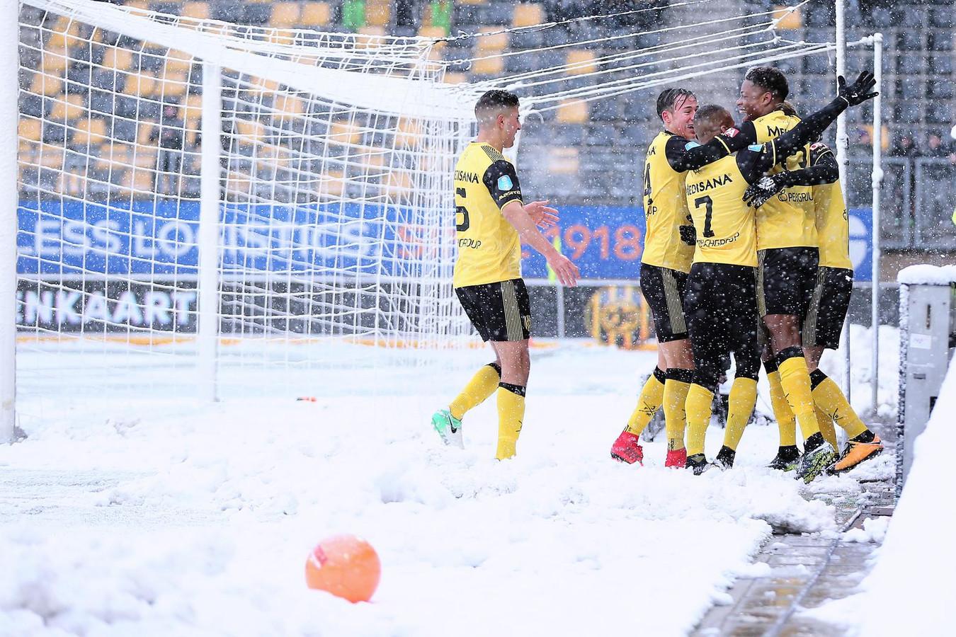 De Roda JC spelers vieren hun feestje nadat Roda JC Kerkrade speler Simon Gustafson de 1-0 heeft gescoord.