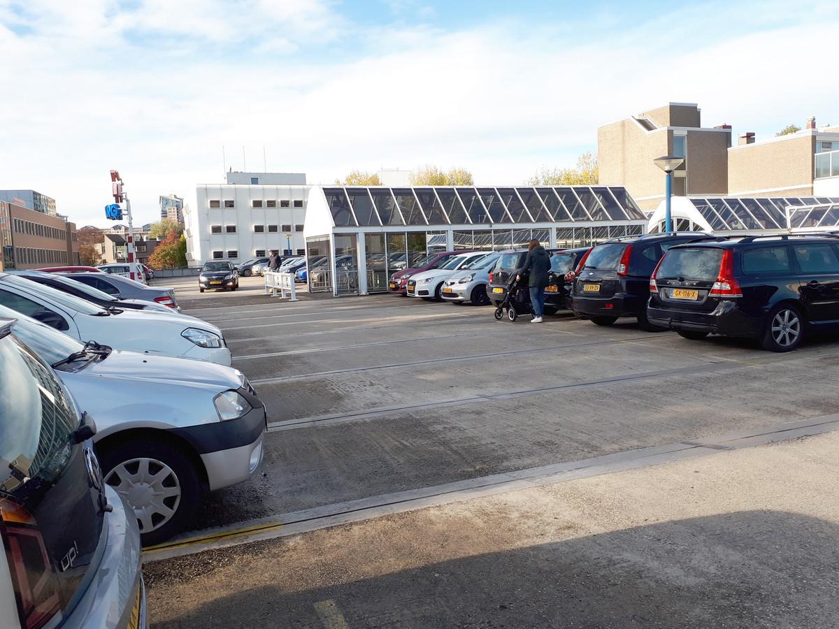 Het parkeerdek, het dak van parkeergarage Walburg in Zwijndrecht, die gesloopt wordt