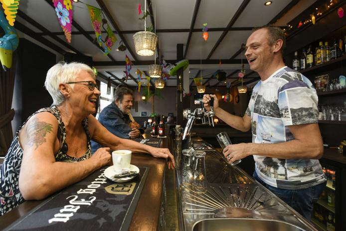 Stamgast Truus ban Wijk en eigenaar Peter Klerkx van café Concordia.
