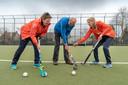 Wim Vermeulen is kartrekker van de walking sports in Schijndel en Meierijstad. Hij zette walking football op en helpt bij andere sporten. Op de foto wordt hij geflankeerd door Yvonne Korsten (links) en Dorine van den Berg  van De Hopbel.