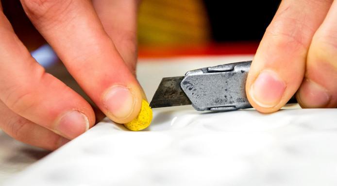 Onderzoek naar een amfetamine-pil. Foto ter illustratie.
