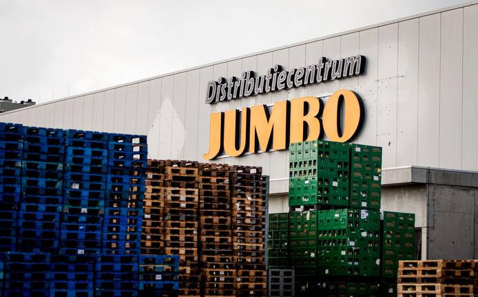 Kratten en pallets bij een Jumbo-distributiecentrum.