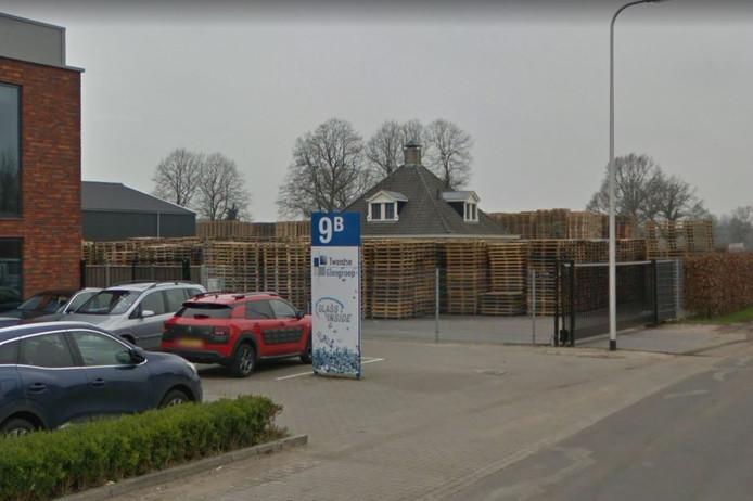 Het pand van Twentse Glasgroep (links) loopt volgens eigenaar Wijma gevaar als er brand uitbreekt bij de buurman, het palletbedrijf van Vruggink.