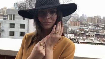 Emily Ratajkowski trouwt in broekpak van Zara