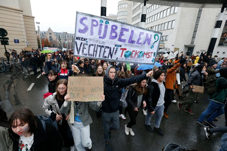 Al drie weken op rij trekken spijbelende jongeren door de straten van Brussel om hun stem te laten horen voor een duurzamer en ambitieuzer klimaatbeleid.