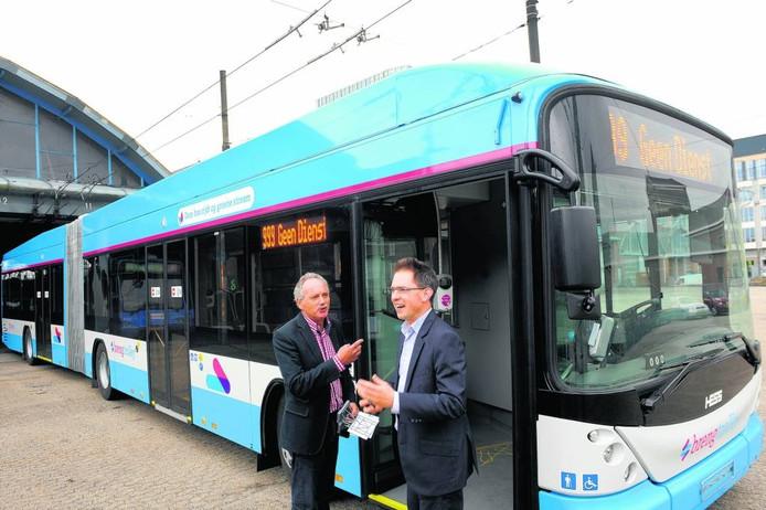 Leisink (rechts) bij de introductie van de nieuwe trolleybus in Arnhem Foto Hans Broekhuizen