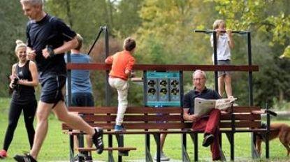 Sportievelingen kunnen zich maand lang uitleven op IPitup-beweegbank aan de Blauwe brug