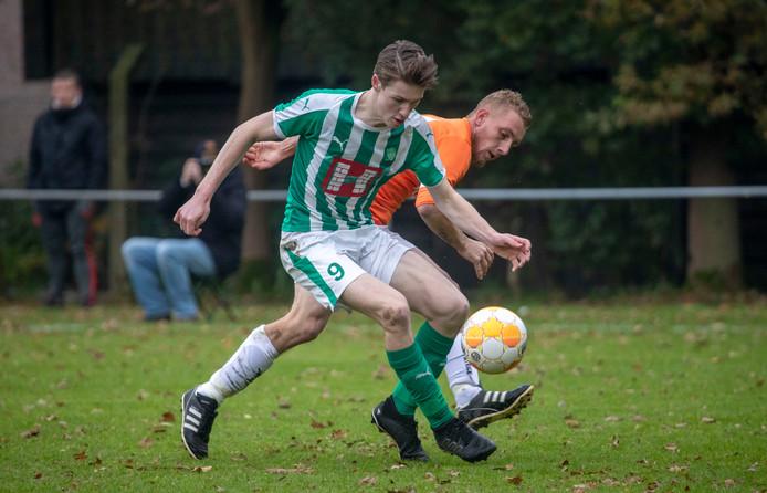 Bij Oranje Wit, hier in actie tegen Musketiers, staat trainer Roberto van der Tier ook volgend seizoen aan het roer.
