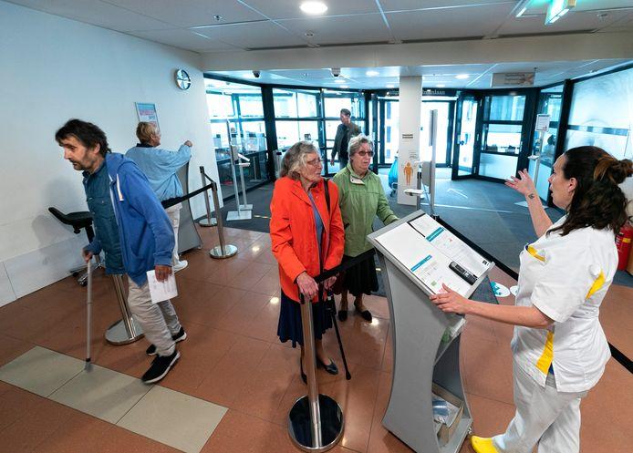 Bezoekers aan het Elkerliek Ziekenhuis in Helmond krijgen bij de ingang onder meer de vraag of de begeleider van een patiënt buiten zou kunnen wachten.