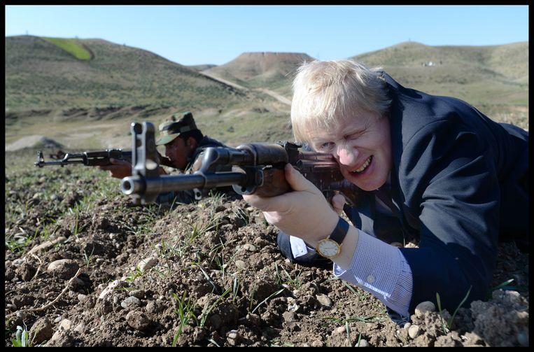 De Londense burgemeester Boris Johnson met kalasjnikov in Noord-Irak. Beeld i-Images / Polaris