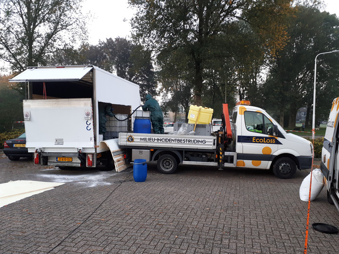 Reiniging van het met drugsafval gedumpte busje in Nijmegen vanochtend.