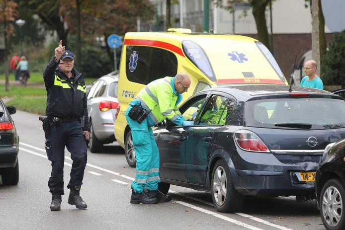 Hulpdiensten zijn ter plaatse na de botsing tussen twee auto's aan de Dalweg.