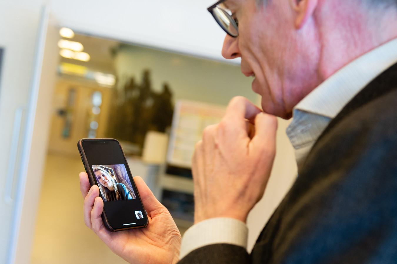 Koningin Máxima belt met Bert Berden van het Elisabeth ziekenhuis in Tilburg.