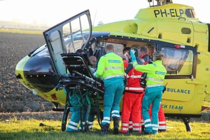 Hulpverleners ontfermen zich over de gewonde.