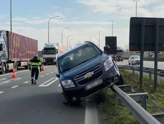Wagen eindigt op E40-vangrail na botsing: trucker rijdt na ongeval door