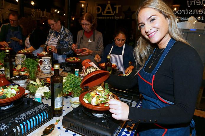 Koken in een tajine is niet zo moeilijk als je denkt, laat Nora Ait Chitt zien in een kookworkshop.