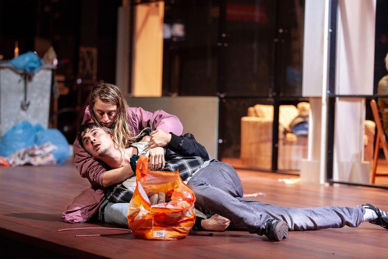 Claire Bender en Ward Kerremans als verslaafd koppel in Thuislozen Beeld Foto Roel van Berckelaer