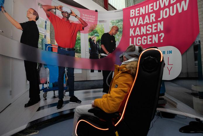 Op het Taalbrug College in Eindhoven vond woensdag een banenmarkt plaats voor kwetsbare jongeren. MKB Eindhoven en het Regionaal Samenwerkingsverband voor Passend onderwijs Eindhoven en Kempenland tekenden er een overeenkomst met als doel meer stageplekken en banen voor kwetsbare jongeren te realiseren.