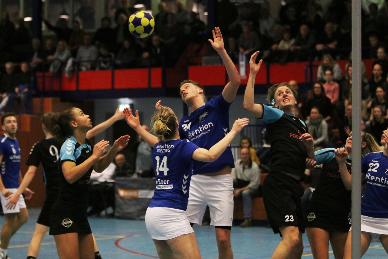 Oost-Arnhem en Wageningen strijden om de bal in het drukbezette Arnhemse sportcentrum Valkenhuizen.