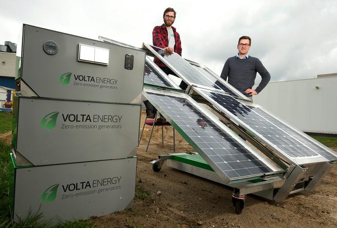De broers Roel en Luc Bleumer uit Westervoort bij hun aggregaat op zonne-energie. Foto: Theo Kock