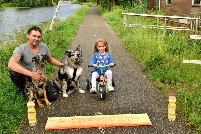 Friedus Roeten voerde onlangs actie tegen asociale wielrenners. Op de foto staat hij samen met dochter Hannah en zijn twee honden.