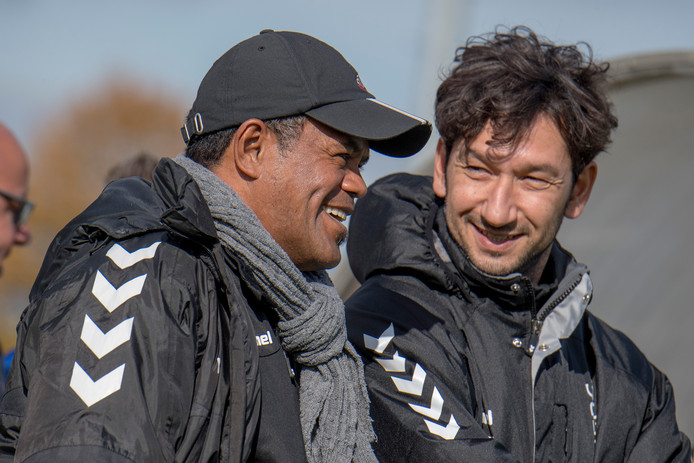 Hanky Leatemia (links) met Beyhan Konak op de bank tijdens de wedstrijd van Theole tegen Wasmeer