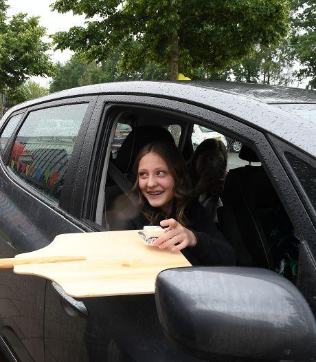 Geslaagd: Gebak, bubbels en cijferlijst in de auto van pap en mam