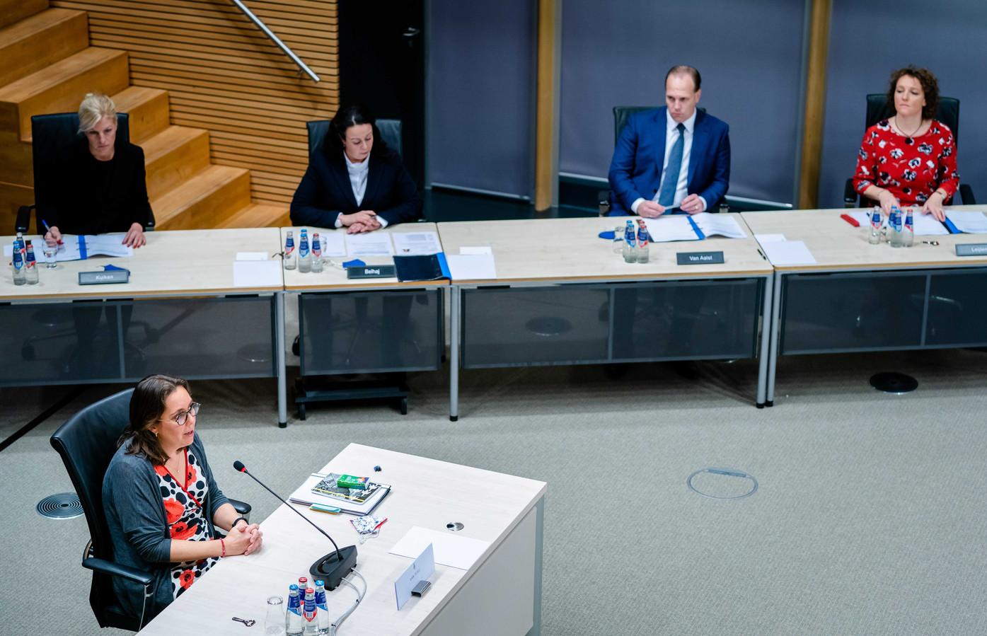 Maaike van Tuyll, directeur Kinderopvang bij het ministerie van Sociale Zaken en Werkgelegenheid, tijdens de vierde dag van de hoorzittingen van de tijdelijke commissie die onderzoek doet naar problemen rond de fraudeaanpak bij de kinderopvangtoeslag.