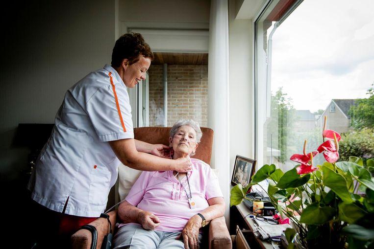 Een bewoonster wordt verzorgd bij een verpleeghuis van IJsselheem. Beeld anp