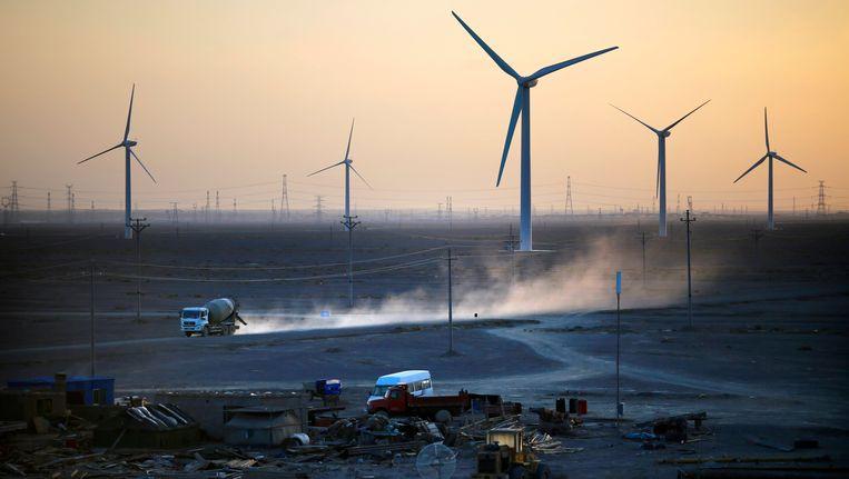 Een bouwplaats in de buurt van een windmolenpark in Guazhou, China. China is 's werelds grootste producent van CO2-uitstoot. Beeld reuters