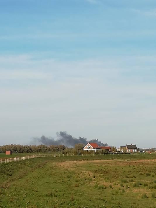 De rookwolken waren vanaf de Noordwaard in de Brabantse Biesbosch te zien.