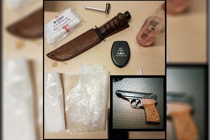 Het wapen, mes en de drugs die in de auto van de man zijn gevonden.