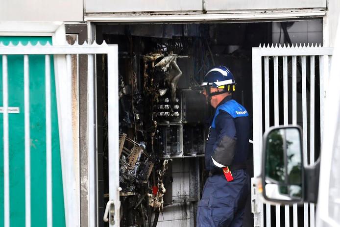 De schade aan de elektriciteitskast wordt opgenomen