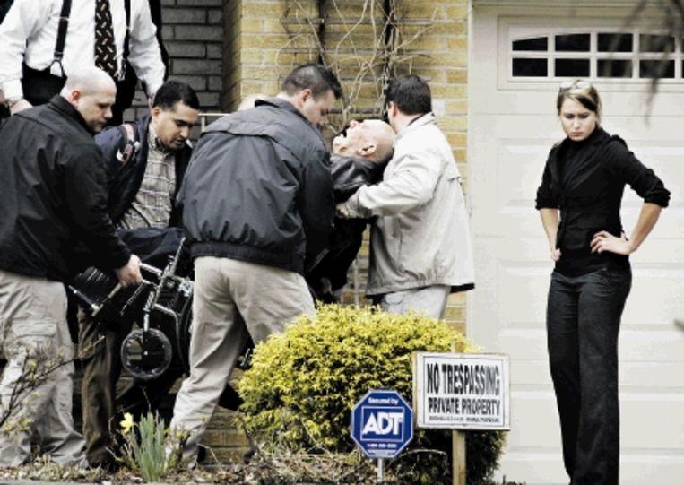 John Demjanjuk wordt uit zijn huis gehaald om voor berechting naar Duitsland te worden gevlogen. (FOTO AP) Beeld AP