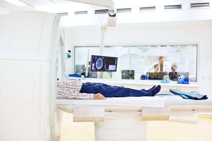 Ziekenhuizen hebben veel apparatuur die relatief gezien verouderd is en is de laatste jaren te weinig gedaan om ze te upgraden. Wel zijn de apparaten allemaal verbonden met wifi en IT-systemen en daarmee kwetsbaar voor cyberaanvallen.