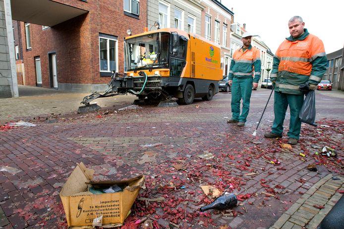 Vuurwerkresten worden opgeruimd in Gorinchem.