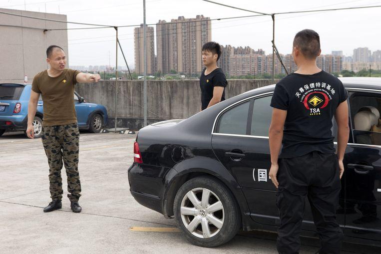Wang Haichun, eigenaar van Tian Zun, geeft les in het afhandelen van situaties met een auto. Beeld Ruben Lundgren