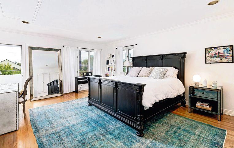 Een robuust bed trekt in de slaapkamer alle aandacht naar zich toe.