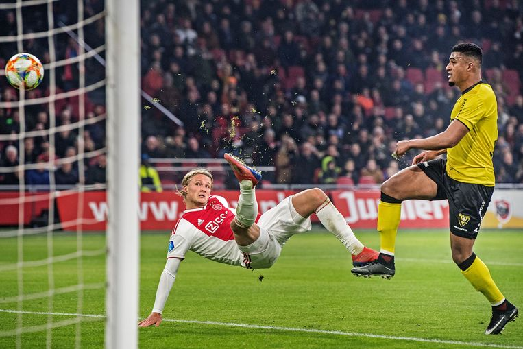 Kasper Dolberg (Ajax) scoort, Jerold Promes (VVV) kan slechts toekijken. Beeld Guus Dubbelman / de Volkskrant